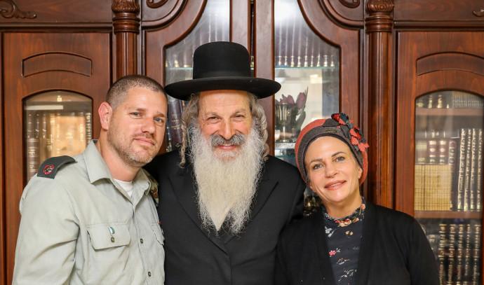 קצין הנפגעים של כפיר עם משפחתו יוסף כהן