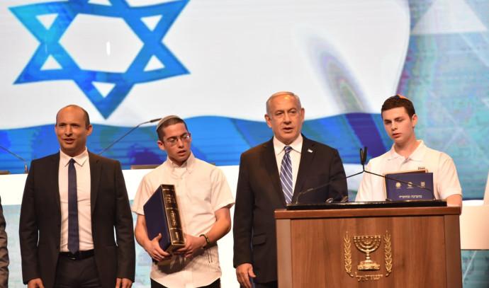 ראש הממשלה ושר החינוך עם המנצח וסגנו