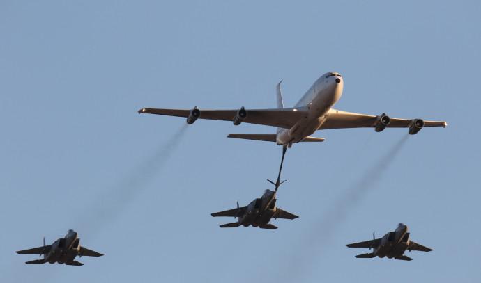 מטוס בואינג בתרגיל תדלוק אווירי עם שלושה מטוסי 15־F