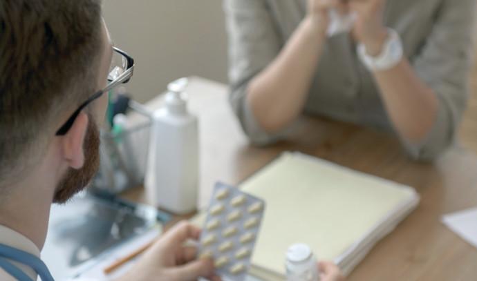 אישה יושבת מול הרופא, אילוסטרציה