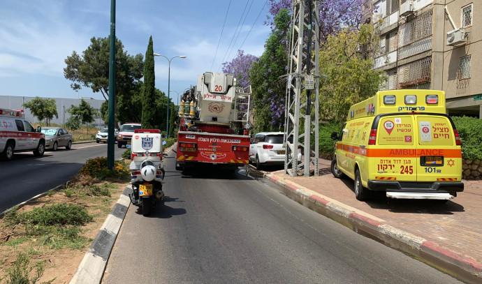 אמבולנס ורכב כבאות בזירת השריפה בכפר סבא