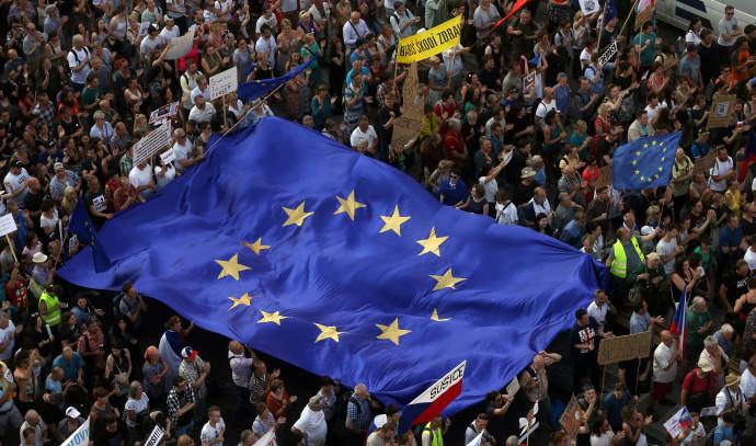 דגל האיחוד האירופי במהלך הפגנה בפראג, צ'כיה