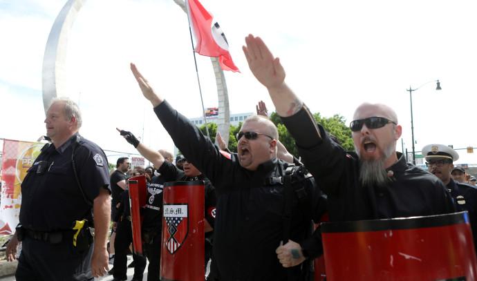 נאו-נאצים מפגינים נגד מצעד גאווה בדטרויט