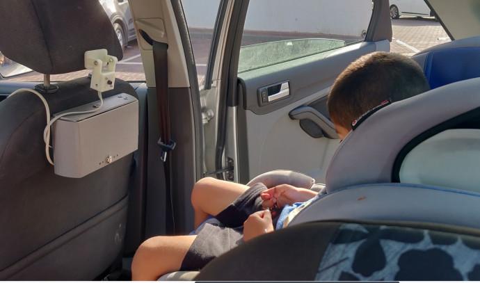 המערכת מותקנת ברכב מול כיסא הילד