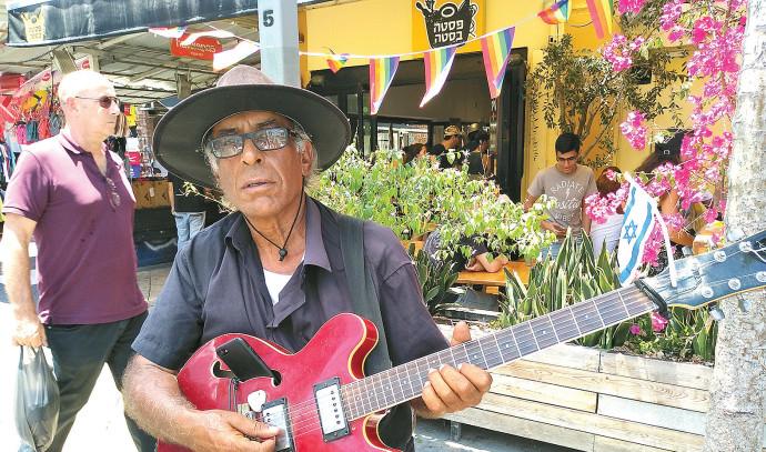יהודה קיסר מנגן ברחוב