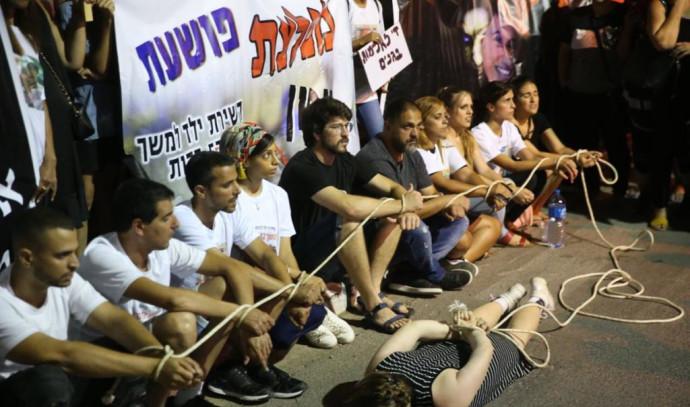 הפגנה מול הית מעצר המטפלת החשודה בהתעללות