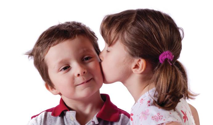 נשיקה בין ילדים
