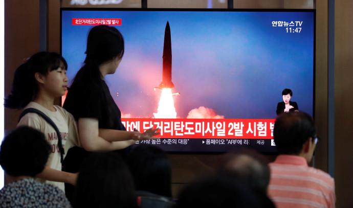 אזרחים צופים בניסוי הצבאי בקוריאה הצפונית
