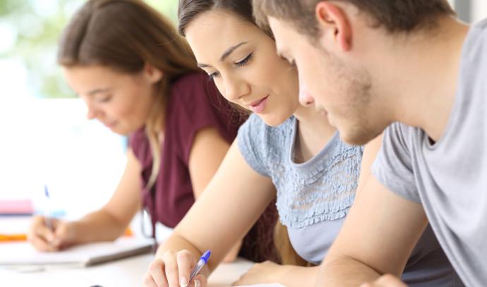 תלמידים עוזרים אחד לשני, אילוסטרציה (למצולמים אין קשר לנאמר)