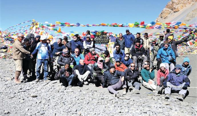 הקבוצה בפסגת הרי ההימלאיה