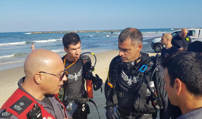 סריקות אחר הצעיר בחוף הים