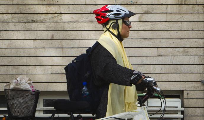 אישה באיראן רוכבת על אופניים, ארכיון (למצולמת אין קשר לנאמר בכתבה)