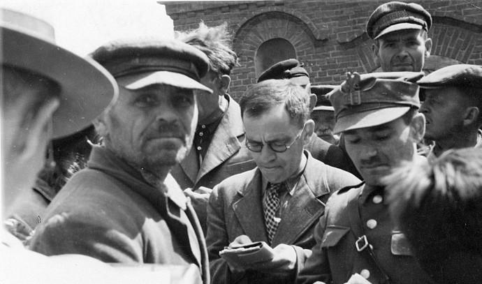 נחמן בלומנטל (במרכז התמונה) במחנה ההשמדה חלמנו