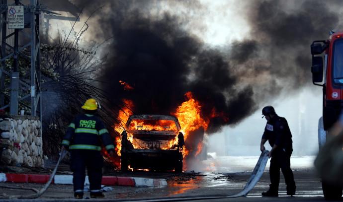 רכב עולה באש בשדרות לאחר פגיעת רקטה