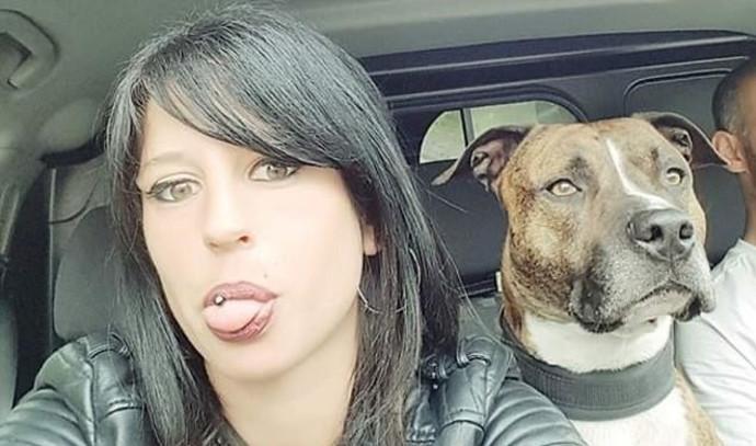 אליסה פילאסקי עם כלבה