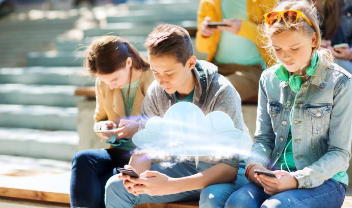בני נוער עם סמארטפונים