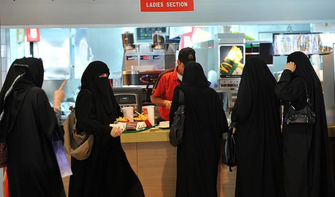 נשים במסעדה בסעודיה