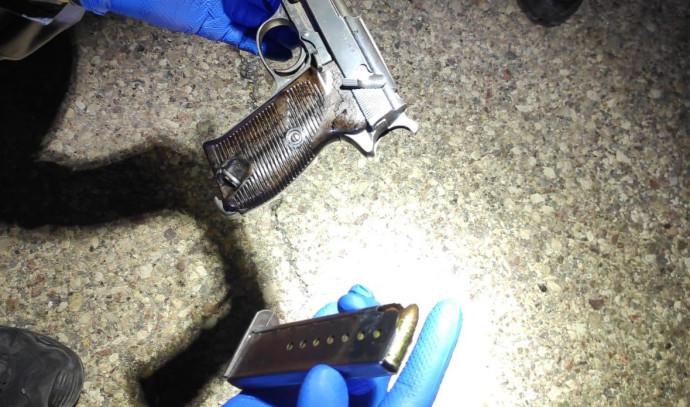 אקדח עם סמל המפלגה הנאצית