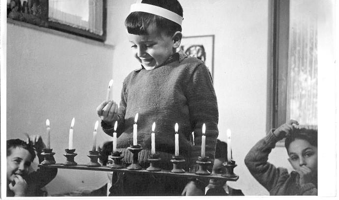 נתן זהבי מדליק נרות חנוכה בילדותו