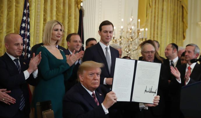 דונלד טראמפ חותם על הצו הנשיאותי