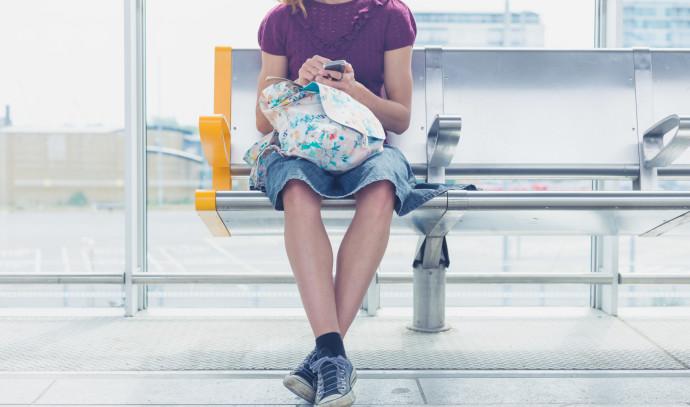 בחורה בתחנת רכבת