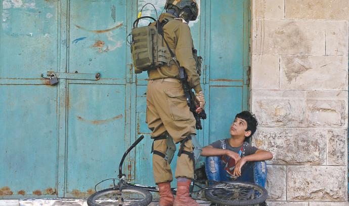 """חייל צה""""ל ונער פלסטיני"""