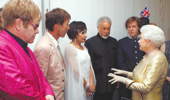 המלכה אליזבת פוגשת את הזמרים אלטון ג'ון, קליף ריצ'רד, שירלי בססי, טום ג'ונס ופול מקרטני מאחורי הקלעי