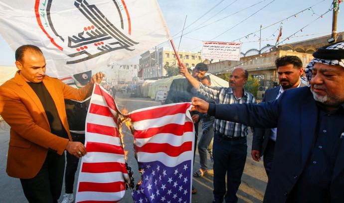 """מפגינים עיראקים שורפים את דגל ארה""""ב"""