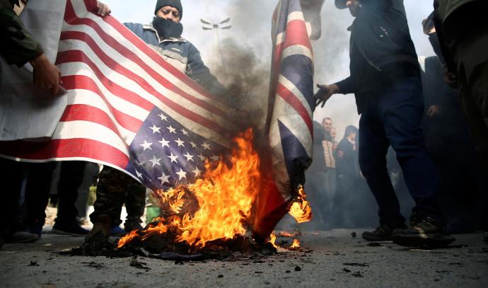 מפגינים באיראן שורפים דגל ארצות הברית לאחר חיסול קאסם סולימאני