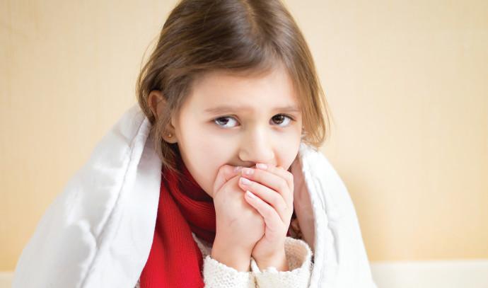 ילדה עם שמיכה