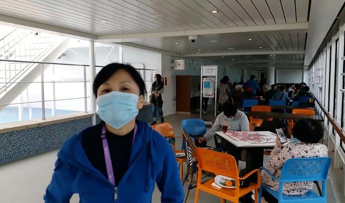 נוסעת על סיפון הספינה המבודדת בהונג קונג בשל איום הקורונה
