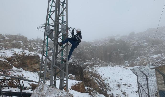 איש חברת החשמל בשלג