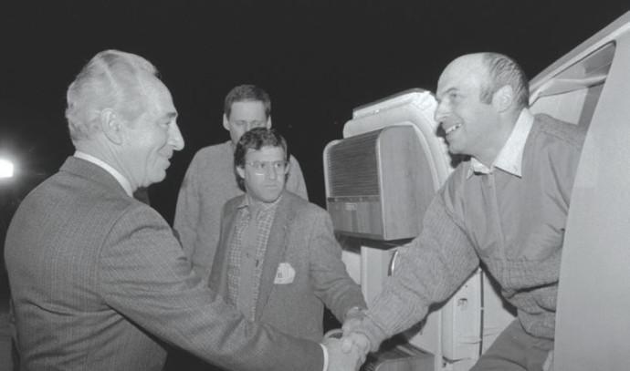 שמעון פרס מקבל את פני נתן שרנסקי עם נחיתתו בישראל