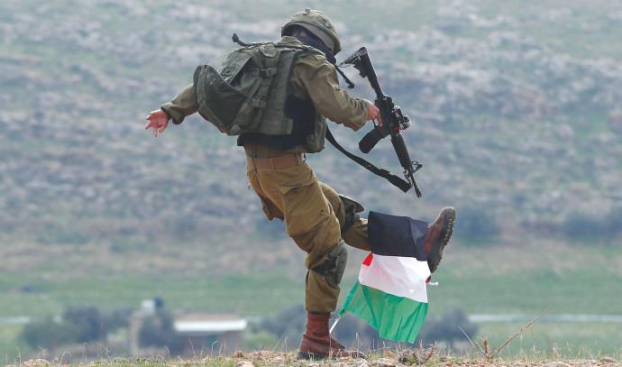 """חייל צה""""ל בועט בדגל פלסטיני"""