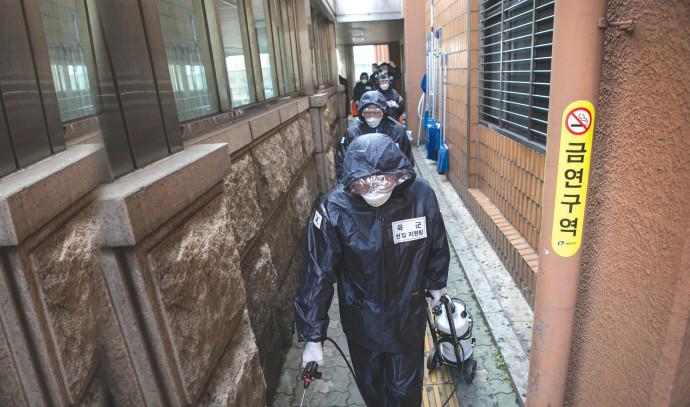 צוות חיטוי בקוריאה הדרומית