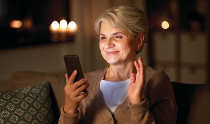 אישה מבוגרת בשיחה בסמארטפון