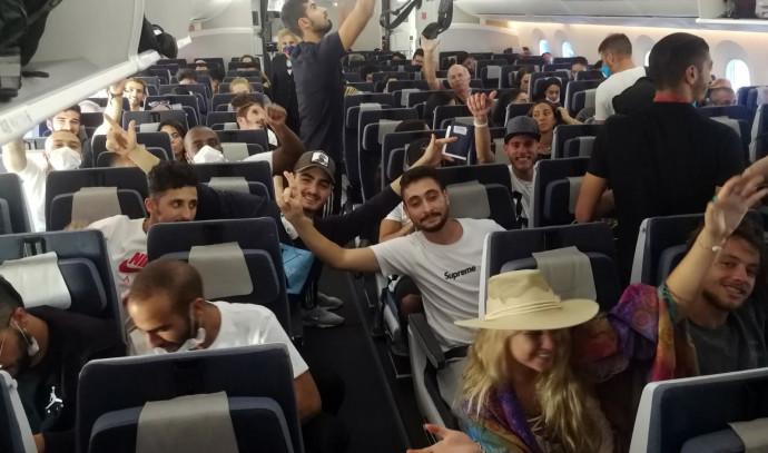 הישראלים במטוס הדרימליינר לפני המראתו מלימה