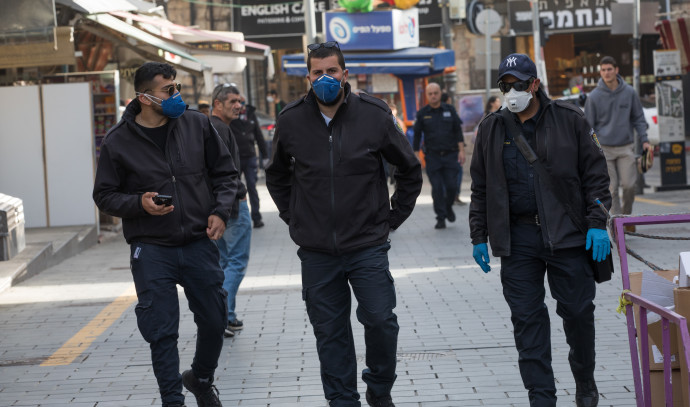 פקחים של עיריית ירושלים אוכפים את צווי הקורונה (למצולמים אין קשר לנאמר בכתבה)