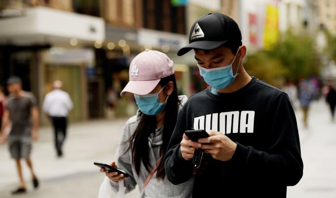 קורונה - צעירים באוסטרליה עם מסכות על הפנים