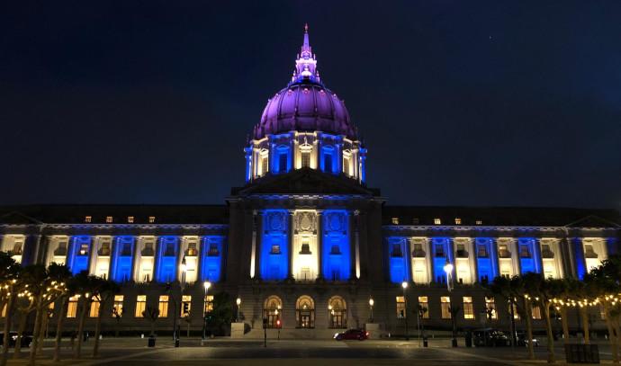 יום העצמאות: בניין העירייה בסן פרנסיסקו בצבעי כחול לבן