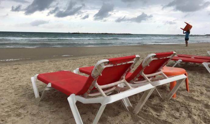 שומרים על מרחק שני מטר בחוף פרישמן