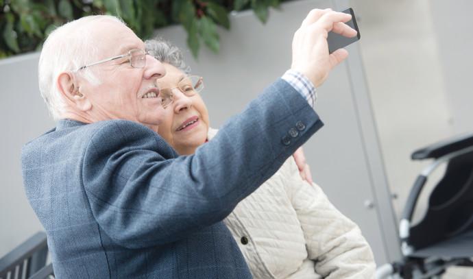 קשישים עושים סלפי