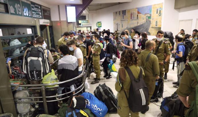 החיילים בתחנה המרכזית בירושלים