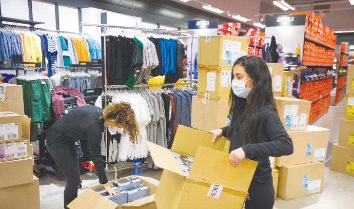 קורונה בישראל: חזרה לשגרה בחנויות (למצולמות אין קשר לנאמר בכתבה)