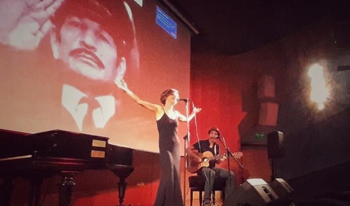 קארין אופיר בהקלטות לשיר מהסרט בכיכובו של אביה