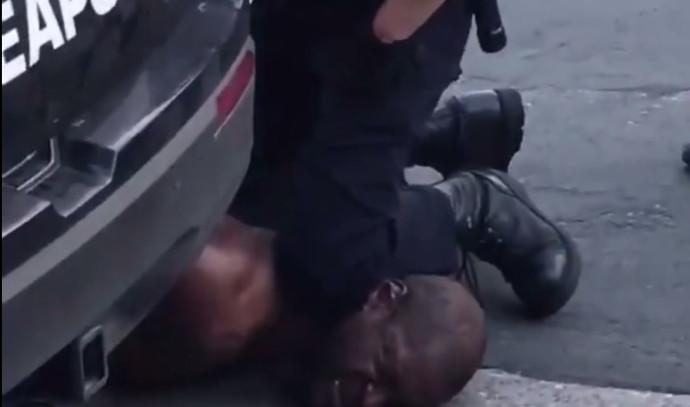 """שוטר חונק למוות גבר שחור בארה""""ב"""