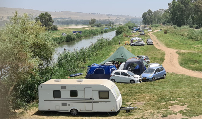 מטיילים סמוך לנהר הירדן