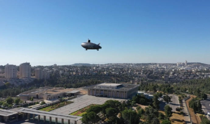 צוללת מרחפת מעל משכן הכנסת