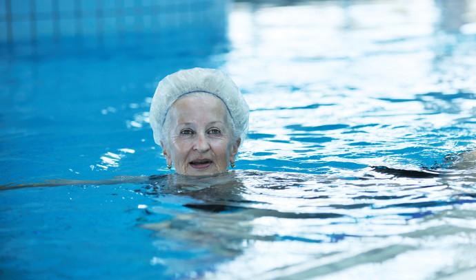 שחייה בבריכה