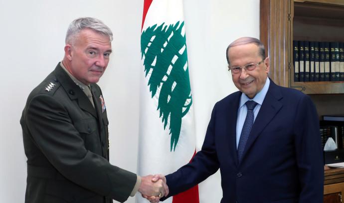 האלוף האמריקאי קנת' מקנזי והנשיא הלבנוני, מישל עאון
